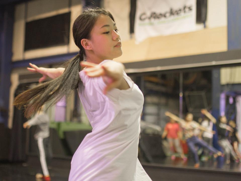 アクロバットダンス 中級クラスのレッスン風景